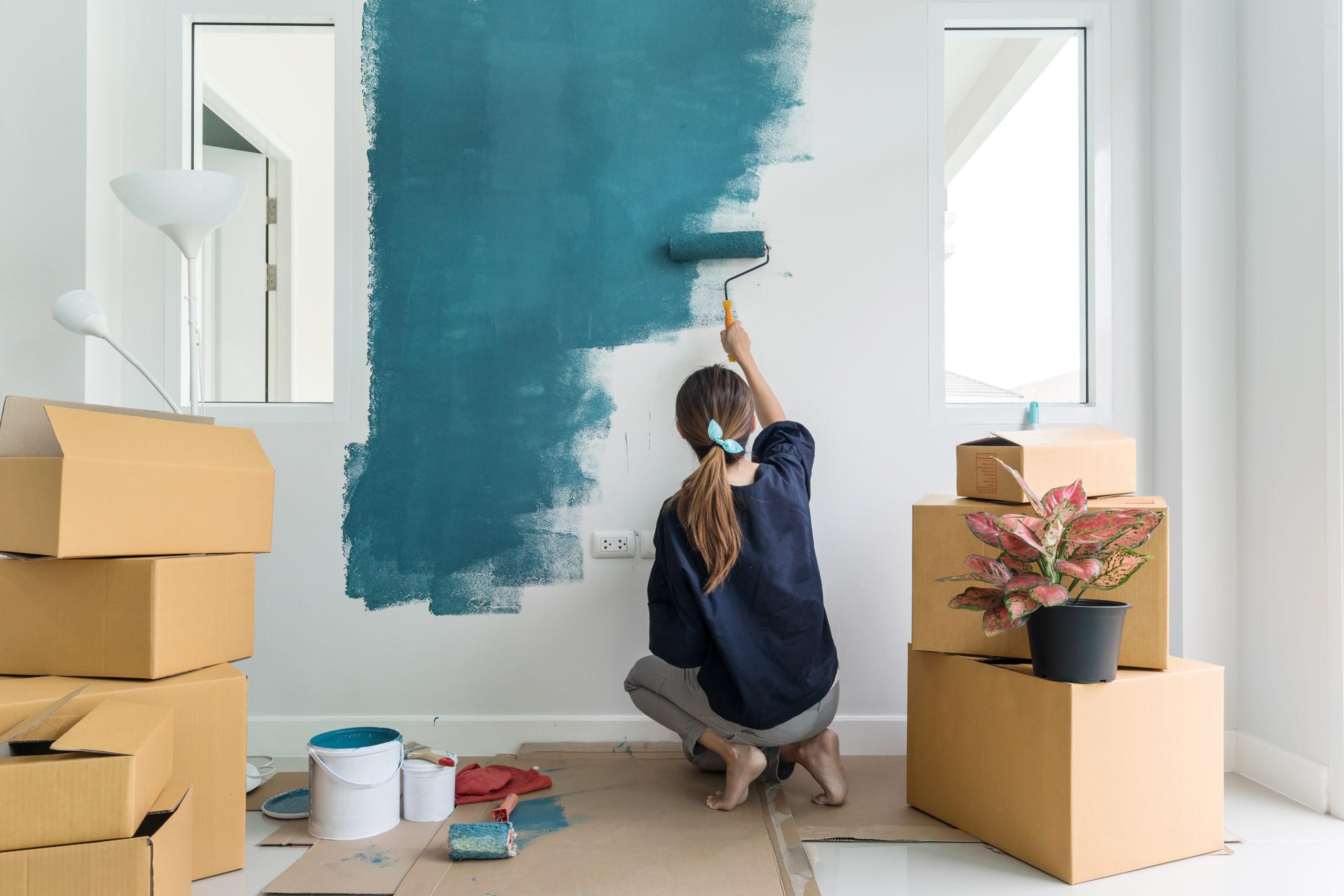 Home DIY kneeling painting interior wall